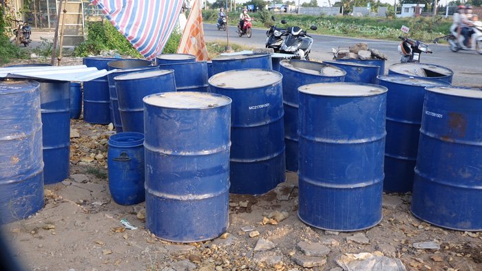 Các thùng phi chứa dầu thài