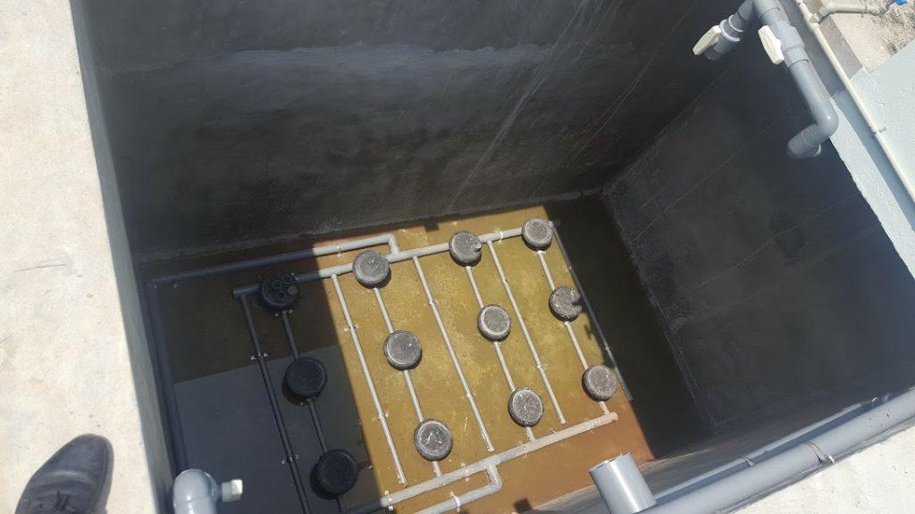 Lắp đặt đĩa thổi khí xử lý nước thải.