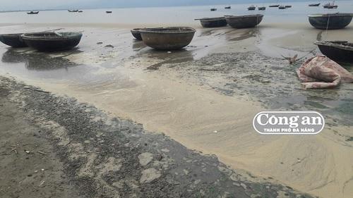 Nước thải từ đường Nguyễn Tất Thành đổ ra biển