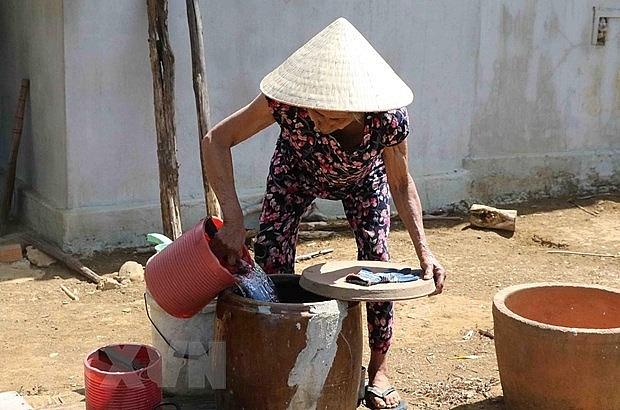 Dân lấy nước